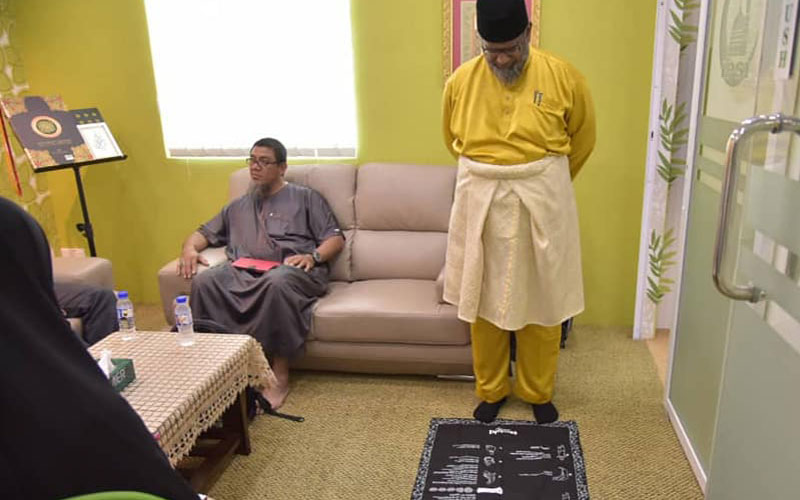Sheikh Kamaruddin stands on the My Prayer Mat and is in awe of the project