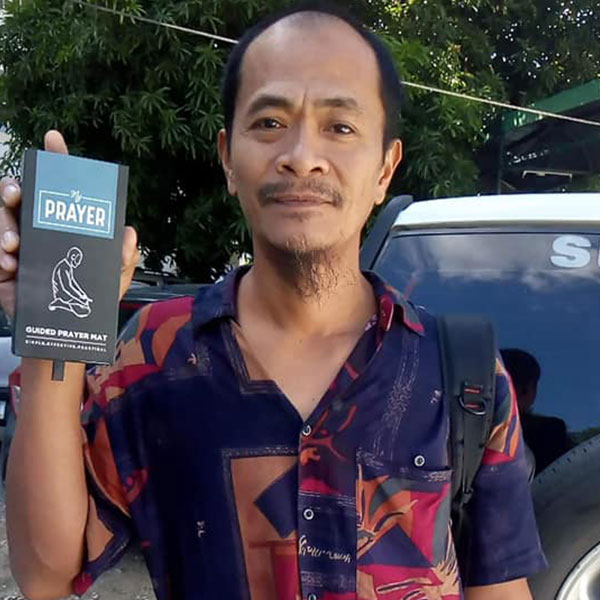 A new Muslim in the Philippines receives his Learn to pray pack from Tenfold gifted by the Muslim community in Philippines